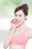 Äpple för leendekvinnahåll Royaltyfri Fotografi
