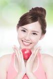 Äpple för leendekvinnahåll Royaltyfria Foton
