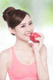 Äpple för leendekvinnahåll Royaltyfri Foto