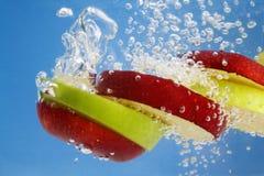 äpple - undervattens- gröna röda skivor Royaltyfri Bild