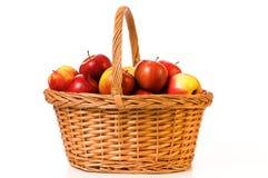 Äpplen för en korg Arkivfoton