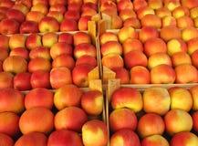 Äpplen, i att sälja spjällådor Arkivfoto