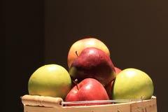 Äpplen i en korg Royaltyfri Foto