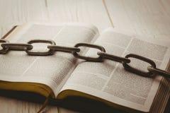Öppna bibeln och den tunga kedjan Royaltyfri Bild