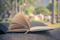 öppna boken, anmärkningslistor av sidor Royaltyfri Fotografi