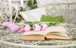 Öppna boken på tabellen Romantisk mood Arkivfoto