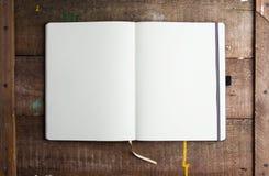 Öppna den tomma notepaden med tomma vita sidor Arkivfoton