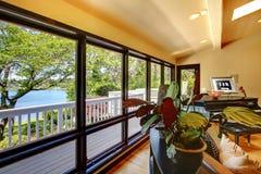 Öppna modernt lyxigt hemmiljövardagsrum med balkongfönsterväggen. Arkivfoto