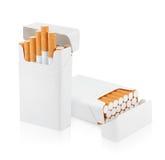 Öppna packen av cigaretter på vit Arkivfoto