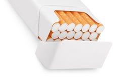 Öppna packen av cigaretter på white Arkivbilder