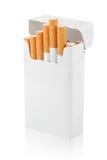 Öppna packen av cigaretter på white Arkivbild