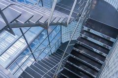 Öppna stairwellen i en modern kontorsbyggnad Arkivbild