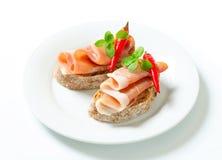 Öppna vände mot smörgåsar för Prosciutto Arkivbild