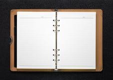 ?ppnad bok p? m?rk bakgrund Tom sida med linjer papper royaltyfri bild