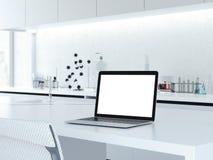 Öppnad bärbar dator på ett laboratoriumskrivbord framförande 3d Arkivfoton