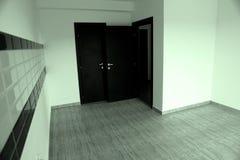 Öppnad dörr i ett nytt hus Royaltyfri Bild