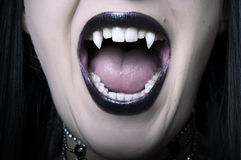 öppnad vampyrkvinna för closeup mun Royaltyfri Fotografi