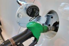 Öppnat behållare och vapen av bensinstationen Tanka bensin i bil Royaltyfri Fotografi