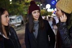 PPortrait 3 молодых красивых женщин говоря и смеясь над Стоковые Изображения