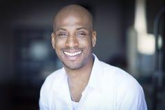 PPortrait di un sorridere maturo dell'uomo di colore Fotografia Stock