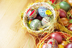 Pâques a peint des oeufs dans le panier traditionnel Photographie stock