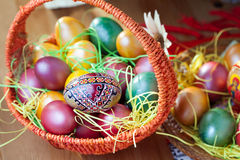 Pâques a peint des oeufs dans un panier Photos stock