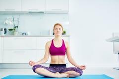 Práctica casera de la yoga imágenes de archivo libres de regalías