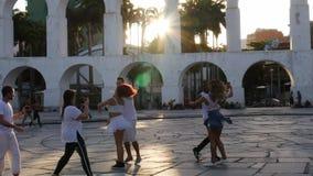Práctica cerca de los arcos coloniales del siglo XIX de Lapa, Rio de Janeiro, el Brasil de los bailarines 20-25 del oscilación de almacen de video