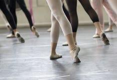 Práctica de la danza del ballet Foto de archivo libre de regalías