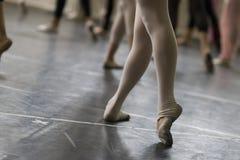 Práctica de la danza del ballet Fotos de archivo