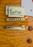 Práctica de la guitarra Fotos de archivo