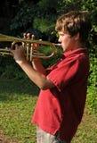 Práctica de la trompeta Foto de archivo libre de regalías
