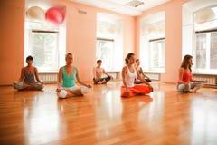 Práctica de la yoga foto de archivo