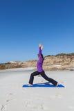 Práctica de la yoga de la playa Imágenes de archivo libres de regalías