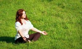 Práctica de la yoga en el aire libre fotos de archivo libres de regalías