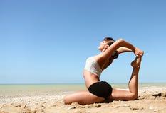 Práctica de la yoga en el salvaje Imagen de archivo libre de regalías