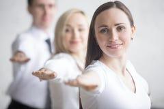 Práctica de la yoga en la oficina foto de archivo libre de regalías