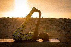 Práctica de la yoga en la salida del sol Fotografía de archivo libre de regalías