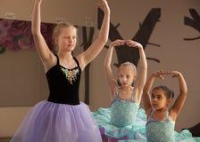 Práctica de los estudiantes de la danza junto Foto de archivo
