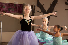 Práctica de los estudiantes del ballet junto Imagen de archivo libre de regalías