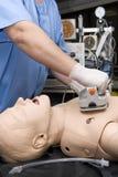 Práctica del Defibrillator en un CPR Foto de archivo libre de regalías
