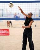 Práctica del voleibol de la playa de los hombres Fotografía de archivo libre de regalías