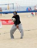 Práctica del voleibol de la playa de los hombres Imagen de archivo