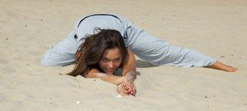 Práctica hermosa de la mujer en yoga imagen de archivo libre de regalías