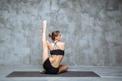 Práctica hermosa de la mujer de la yoga en un entrenamiento dentro Concepto de la yoga lifestyle Imágenes de archivo libres de regalías