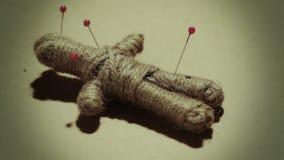 Práctica mística de la muñeca del vudú almacen de metraje de vídeo