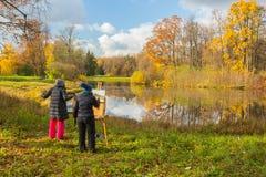 Práctica plenaria en el parque del otoño imagenes de archivo