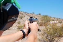 Práctica que tira una arma de mano Fotografía de archivo libre de regalías