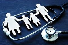 Prácticas de la familia Figuras y estetoscopio Cuidado médico imagenes de archivo
