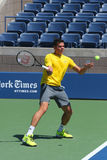 Prácticas profesionales de Milos Raonic del jugador de tenis para el US Open 2014 Imagenes de archivo
